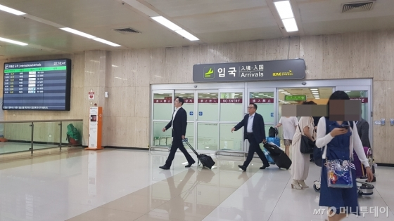이재용 삼성전자 부회장(앞쪽)과 고동진 삼성전자 사장이 11일 김포 국제공항을 통해 입국중이다/사진=김성은 기자