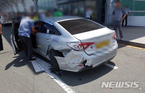 10일 낮 12시 50분쯤 부산 강서구 김해국제공항 국제선 청사 진입로에서 BMW 승용차가 도로변에 정차 중인 택시와 기사를 잇따라 들이받는 사고가 발생, 택시기사가 중상을 입었다/사진=부산경찰청 제공, 뉴시스<br />