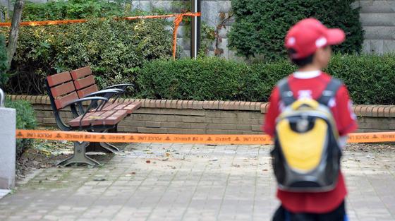 2015년 경기도 용인시의 한 아파트에서 발생한 캣맘 벽돌 투척 사건 현장을 한 어린이가 바라보고 있다./사진=뉴스1