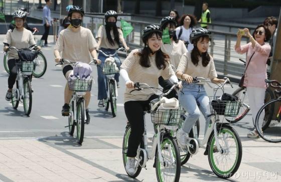 따릉이 서포터즈가 6월24일 서울 종로구 청계광장에서 안전한 자전거 문화 릴레이 캠페인을 위해 출발하고 있다. /사진=뉴시스