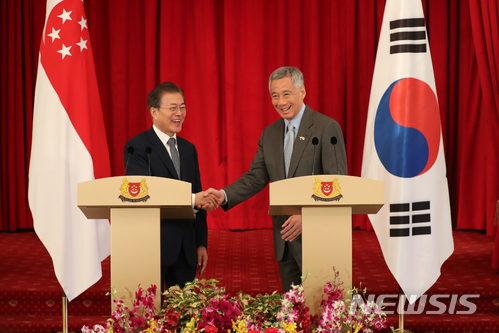 【싱가포르=뉴시스】박진희 기자 = 문재인 대통령과 리센룽(Lee Hsien Loong) 총리가 12일 오전(현지시각) 싱가포르 대통령궁(이스타나, Istana)에서 공동언론발표를 마치고 악수하고 있다. 2018.07.12.       pak7130@newsis.com   <저작권자ⓒ 공감언론 뉴시스통신사. 무단전재-재배포 금지.>