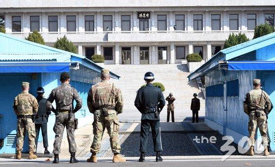 한미 국방장관이 경기도 파주 판문점 공동경비구역(JSA)에서 대북 메시지를 발표한 지난해 10얼27일 오후 북한 병사들이 남측을 바라보고 있다./사진=뉴스1