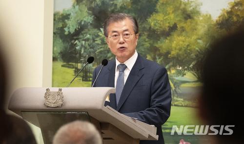 【싱가포르=뉴시스】박진희 기자 = 문재인 대통령이 12일 오후(현지시각) 싱가포르 대통령궁(이스타나, Istana)에서 열린 국빈만찬에 참석해 인사말을 하고 있다. 2018.07.12.    pak7130@newsis.com