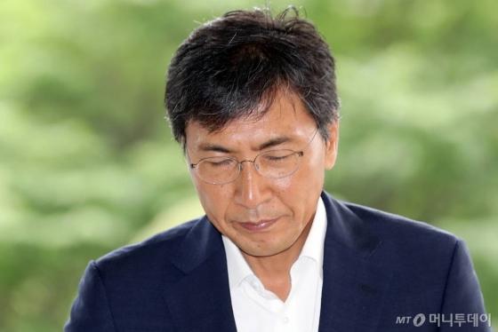 수행비서 성폭행 혐의로 재판을 받고 있는 안희정 전 충남지사가 13일 오전 서울서부지법에서 열린 5차 공판에 출석하고 있다./사진=이기범 기자