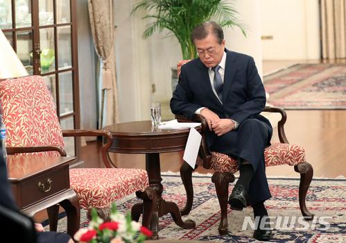 【싱가포르=뉴시스】박진희 기자 = 싱가포르 국빈 방문 중인 문재인 대통령이 12일 오전 대통령궁(이스타나)에서 한국-싱가포르 정상회담에 앞서 자료를 검토하고 있다.  2018.07.12.   pak7130@newsis.com