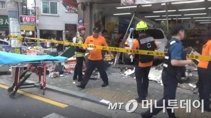 12일 오후 5시39분쯤 서울 광진구 자양로 한 이면도로에서 김모씨(72)가 몰던 산타페 차량이 주차된 차량과 보행자를 치고 슈퍼마켓으로 돌진하는 사고가 발생했다. /사진제공=서울 광진소방서