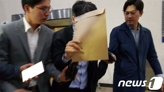 '드루킹' 김동원씨(49)가 인사청탁한 것으로 알려진 윤모 변호사(46)가 지난 5월 오후 서울지방경찰청에서 조사를 마치고 얼굴을 가리며 빠져나오고 있다./사진=뉴스1
