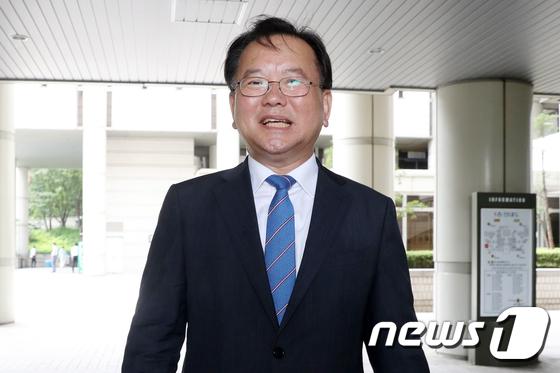[사진]법정 나서는 김부겸 행안부 장관