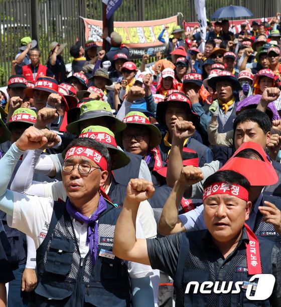 [사진]구호외치는 김주영 한국노총위원장과 이성경 근로자위원