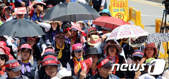 [사진]폭염 속 집회 갖는 한국노총