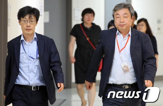 [사진]전원회의장 향하는 최저임금위 공익위원들