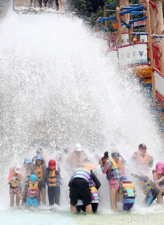 폭염으로 더운 날씨를 보인 13일 오후 강원 홍천군 비발디파크 오션월드에서 아이들이 물놀이를 즐기고 있다. /사진=머니투데이