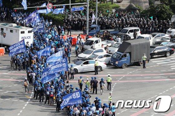 [사진]금속노조 행진으로 '도로는 답답'