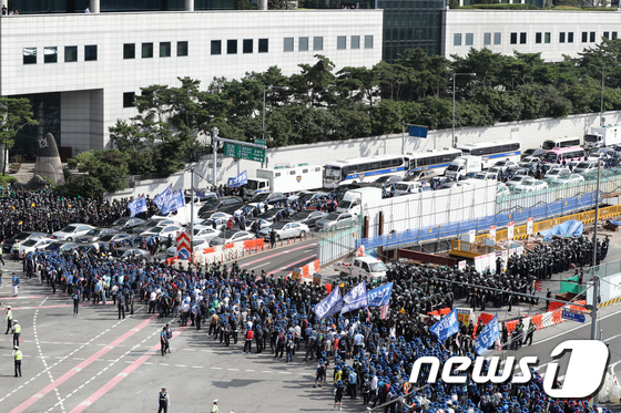 [사진]금속노조 집회로 도로 꽉 막힌 현대차 본사 앞