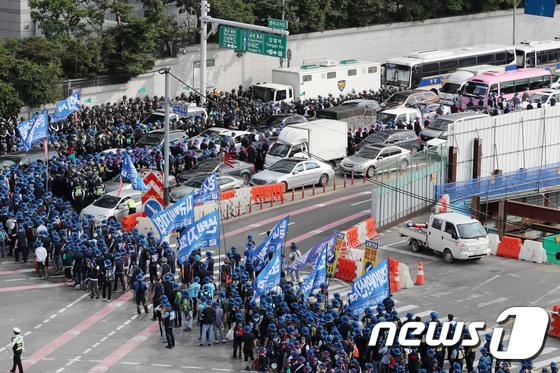 [사진]금속노조 행진으로 도로에 갇힌 차량들