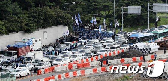 [사진]정체된 차량 사이로 행진하는 금속노조
