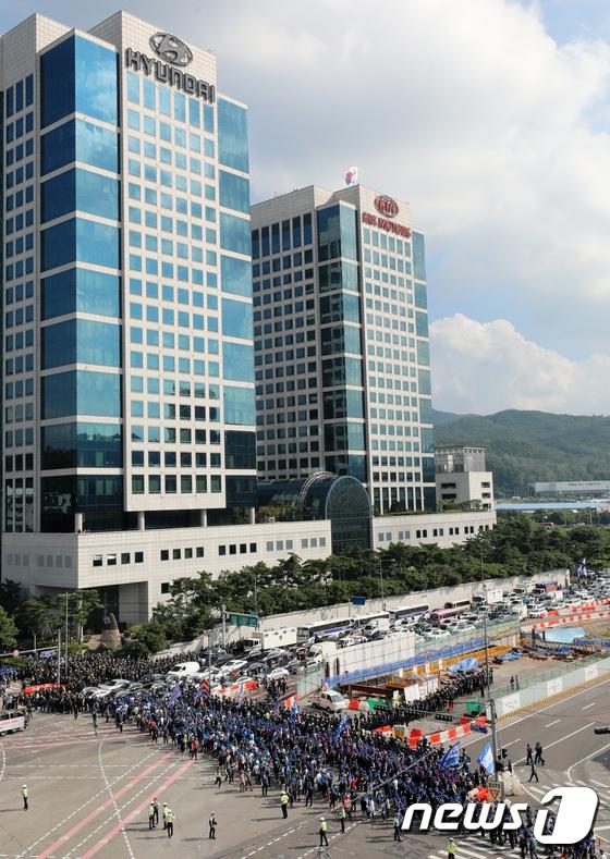 [사진]금속노조 총파업으로 혼잡한 현대차 본사 앞