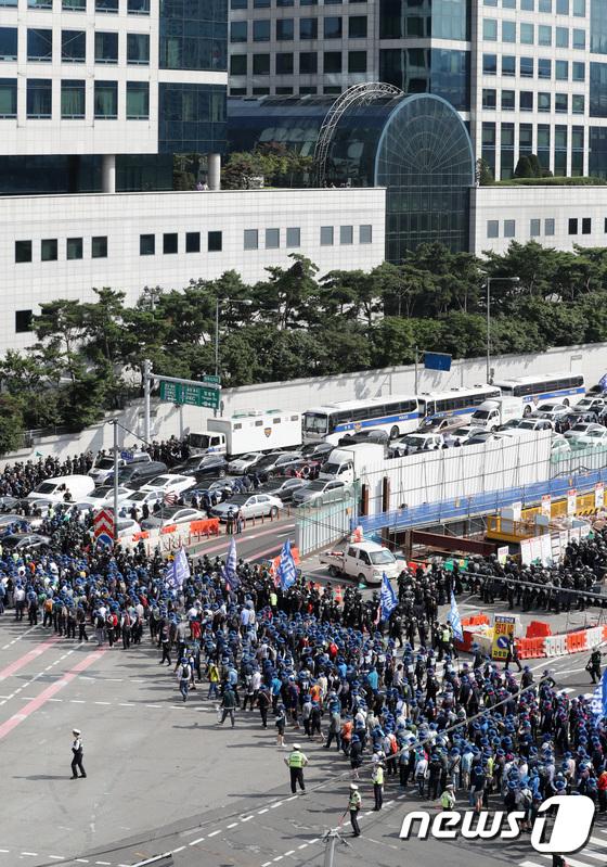 [사진]금속노조 행진으로 '도로 혼잡'