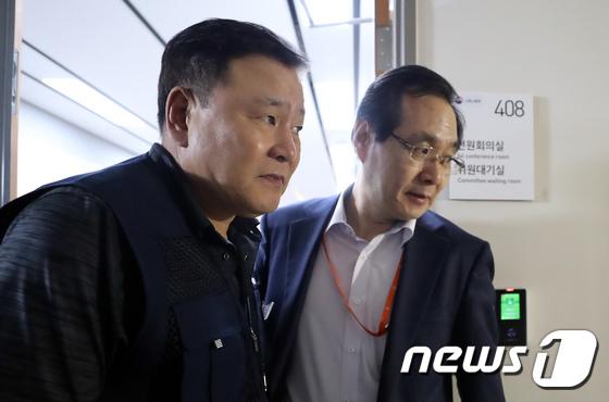 [사진]최저임금위원장-근로자위원 '회의장 밖으로'