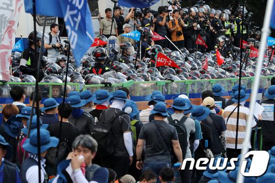 [사진]경찰-금속노조, 현대차 본사 정문 앞에서 대치
