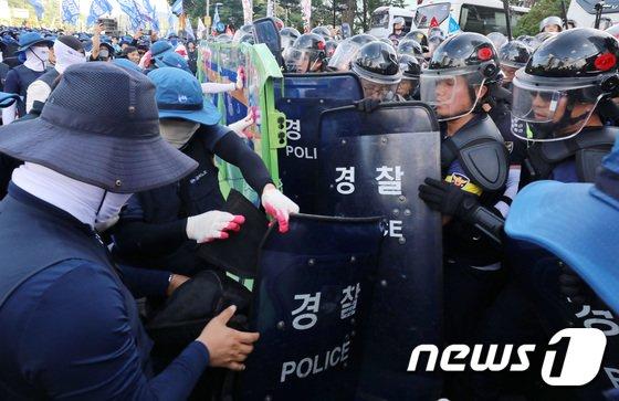 [사진]경찰과 충돌하는 금속노조