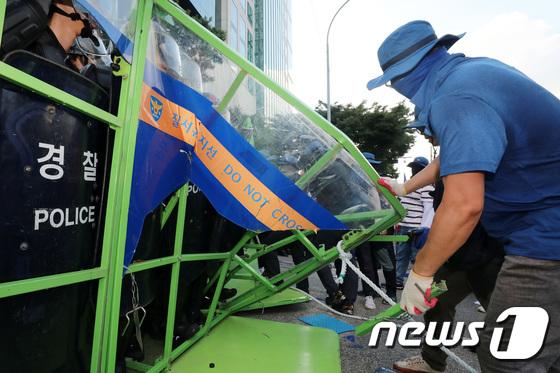 [사진]경찰벽을 뚫어라...금속노조 상경집회