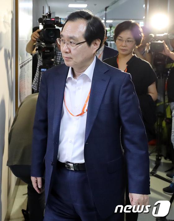 [사진]굳은 표정으로 회의장 들어가는 류장수 최저임금위원장