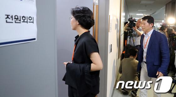 [사진]전원회의장 들어가는 최저임금위 공익위원