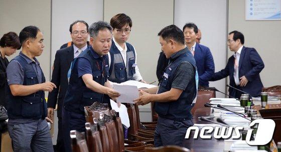 [사진]'내년도 최저임금 8350원' 자료 정리하는 근로자위원