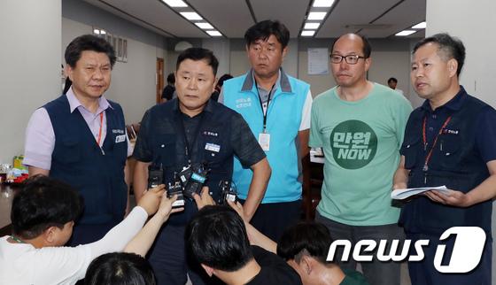[사진]최저임금 확정 입장 밝히는 한국노총 소속 근로자위원