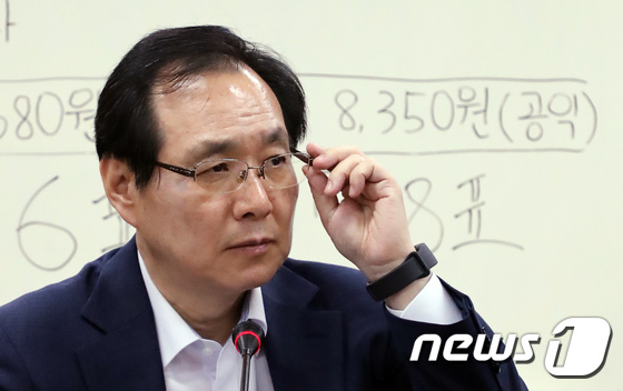 [사진]안경고쳐쓰는 류장수 최저임금위원회 위원장