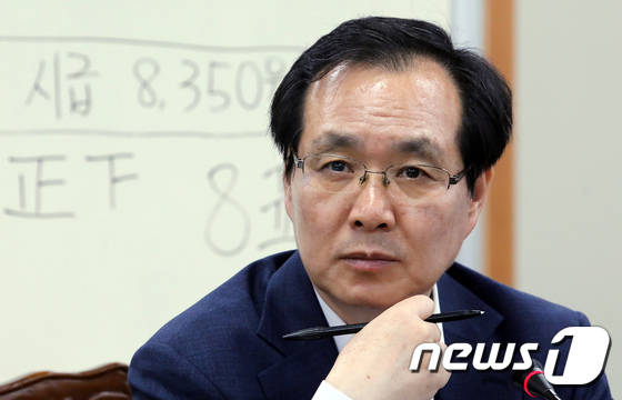 [사진]최저임금 결정에 고민 많았던 류장수 위원장