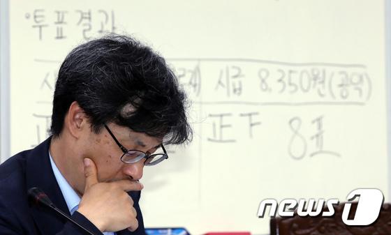 [사진]최저임금 고민하는 김성호 부위원장
