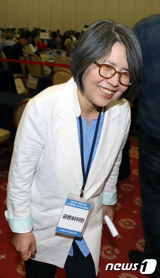 [사진]웃으며 입장하는 김영란 위원장