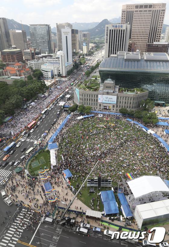 [사진]세종대로 사이에 두고 '동성애 축제 VS 반대 집회'
