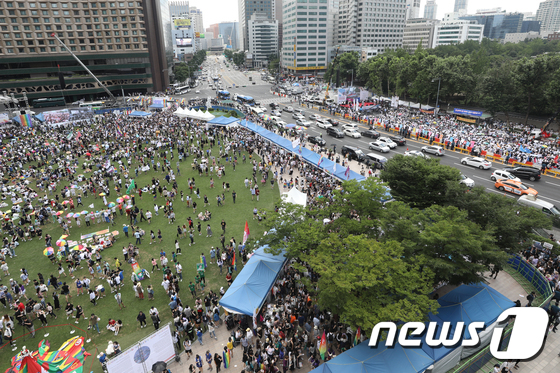 [사진]서울광장 '퀴어 축제 '와 대한문 앞 반대집회