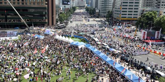 14일 오후 서울 광장 앞에서 '서울퀴어문화축제'가 진행되는 가운데 대한문 앞 도로에서 '동성애 퀴어축제 반대 국민대회' 참석자들이 행진하고 있다. / 사진=뉴스1