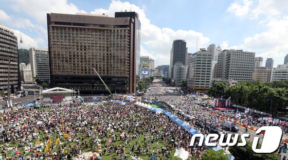 [사진]서울광장서 퀴어 축제…반대 집회도 열려