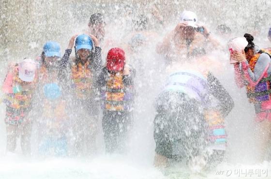 폭염으로 더운 날씨를 보인 지난 13일 오후,아이들이 물놀이를 즐기고 있다. /사진=김창현 기자
