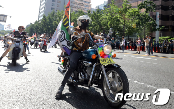 [사진]오토바이 타고 행진하는 '레인보우 레이더스'