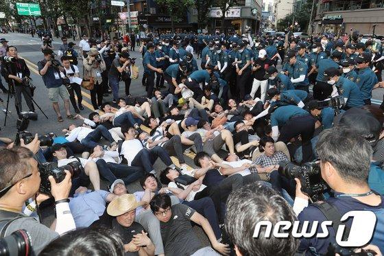 [사진]바닥에 누운 '동성애 반대'