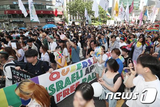 [사진]행진하는 퀴어 축제 참가자들