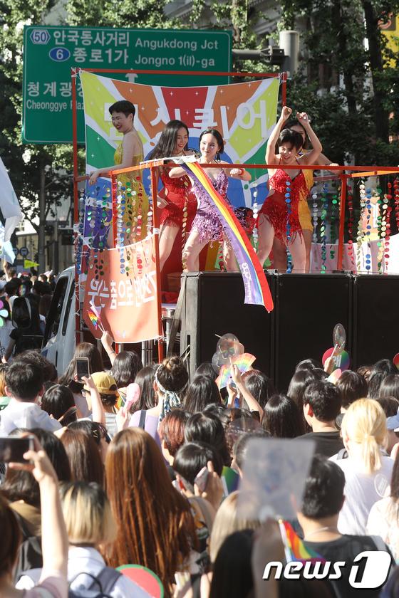 [사진]'퀴어퍼레이드는 축제 분위기'