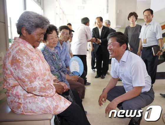 [사진]'이동식 농업 종합병원' 찾은 라승용 농촌진흥청장