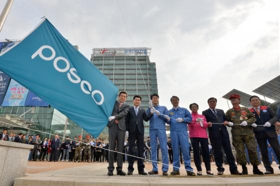 이강덕 경북 포항시장(왼쪽)이 29일 포스코 창립 50주년(4월 1일)을 축하하기 위해 시청 광장 국기 게양대에 포스코 깃발을 게양하고 있다. / 사진=뉴스1