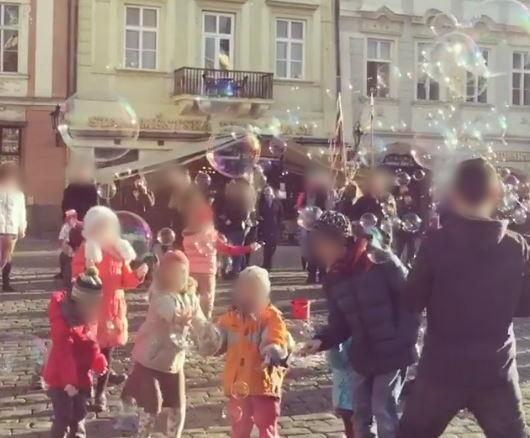 """한 인스타그래머가 지난해 """"체코 프라하 구시가지 여행 때의 소중한 추억""""이라며 게시한 영상. 원본엔 프라하 시민들의 얼굴이 모자이크 처리 없이 그대로 드러나있다. /사진=인스타그램"""