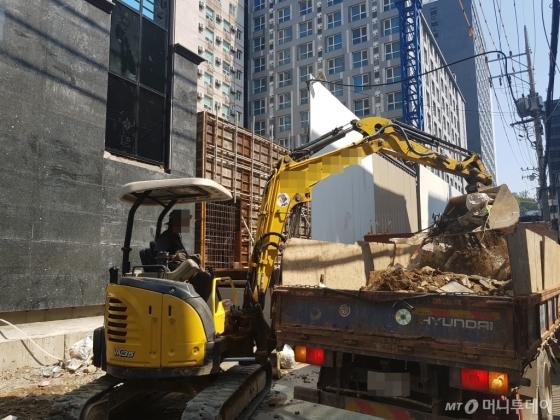 16일 오후 서울 관악구에 있는 공사장에서 한 노동자가 더위 속에 일하고 있다. /사진=김영상 기자