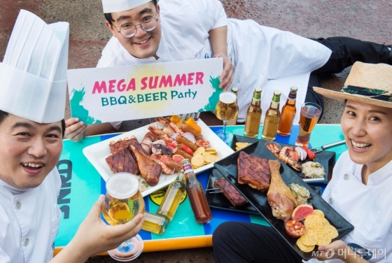 20일부터 8월 15일까지 시원한 물놀이와 함께 바비큐, 맥주 등을 즐길 수 있는 캐리비안 베이의 풀사이드 푸드 축제 '메가 바비큐 &amp; 비어 페스티벌'(Mega BBQ &amp; Beer Festival). /사진제공=에버랜드<br />