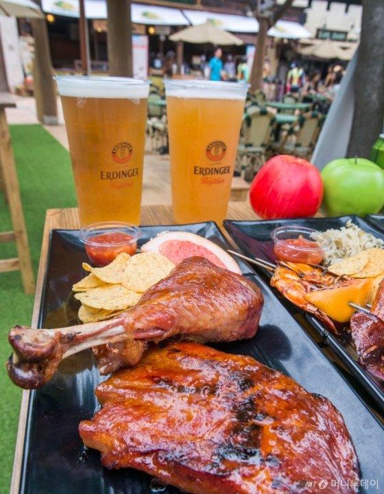 독일 프리미엄 맥주 에딩거와 함께 다양한 종류의 바비큐를 맛볼 수 있는 '메가 바비큐 &amp; 비어 페스티벌'. /사진제공=에버랜드<br />