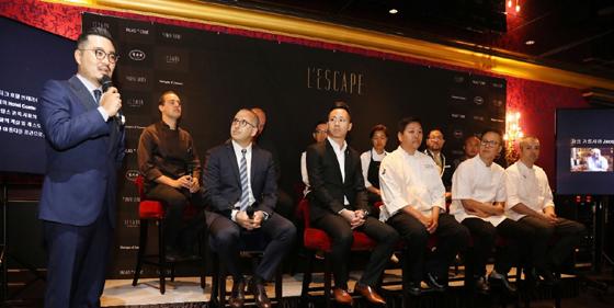 17일 오전 레스케이프 호텔에서 진행한 기자간담회에서 김범수 레스케이프 총지배인(맨 왼쪽)이 호텔에 참여한 크리에이티브 파트너들을 소개하고 있다./사진제공=신세계조선호텔레스케이프 호텔 17일 그랜드 오픈